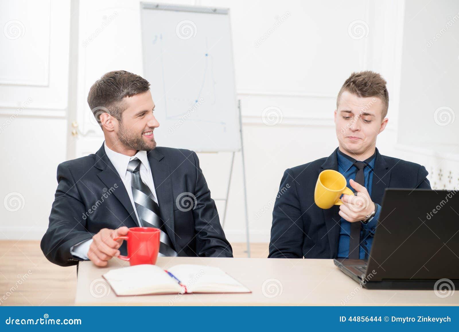 Retrato de dos hombres de negocios hermosos en trajes