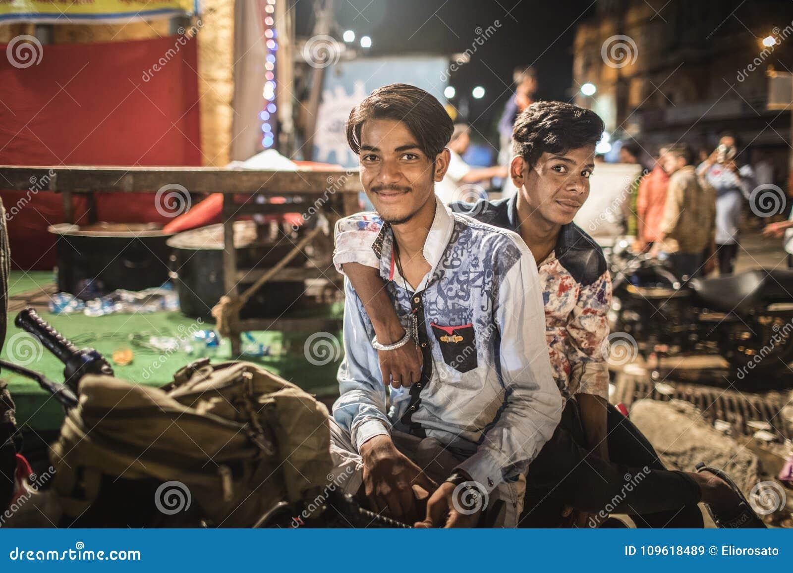 Retrato de dos individuos en un festival hindú en Jaipur, la India