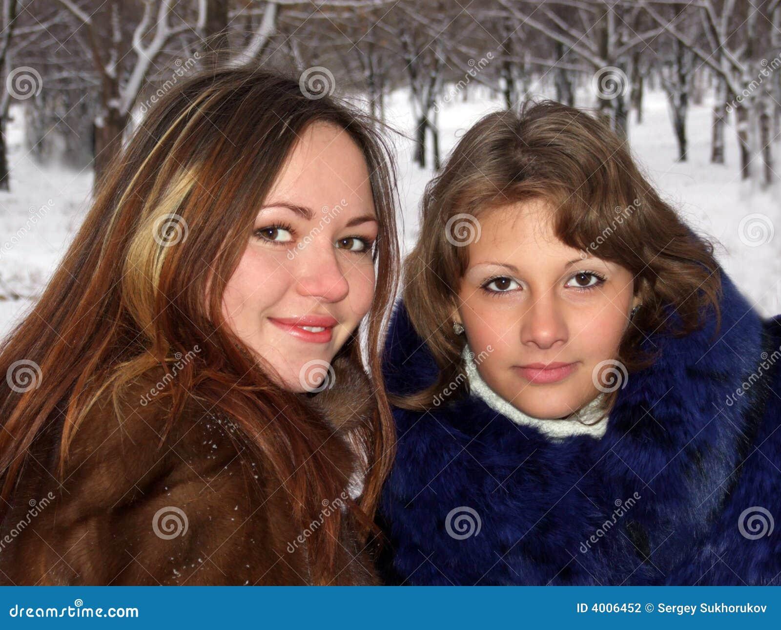 Retrato de dos muchachas en el invierno