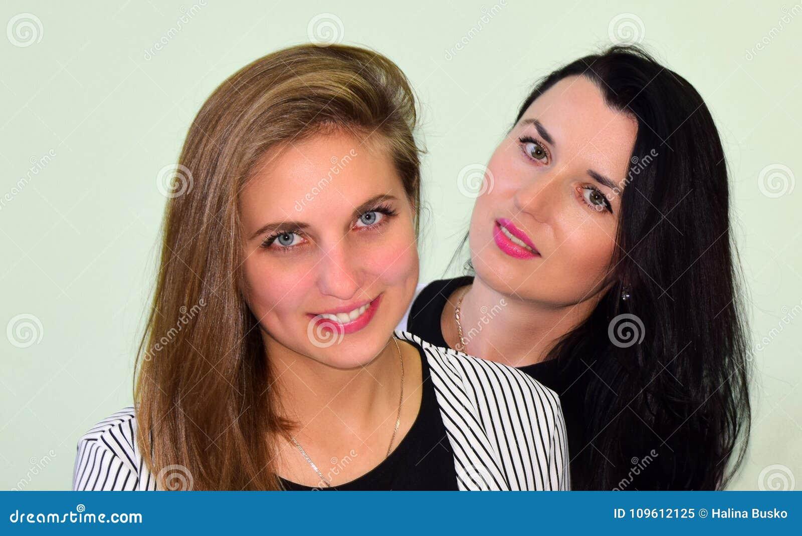 Retrato de duas mulheres novas A mulher o louro e a mulher a morena