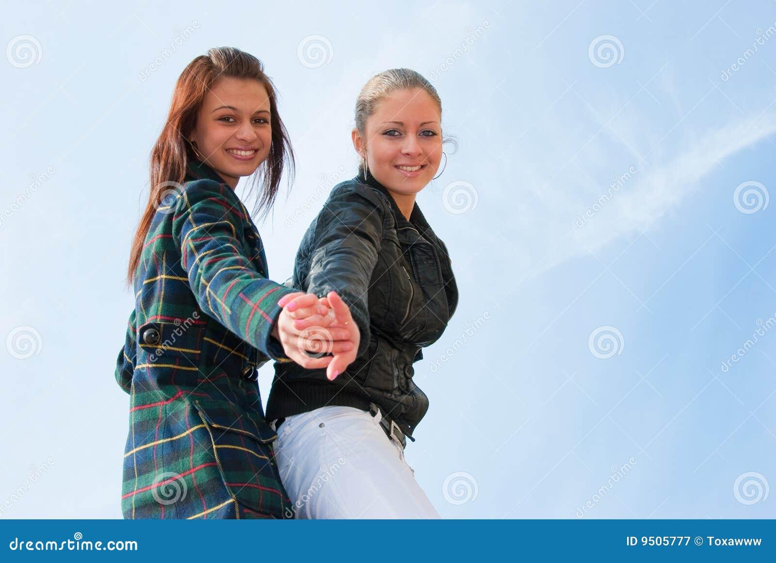 Retrato de duas raparigas sobre o céu
