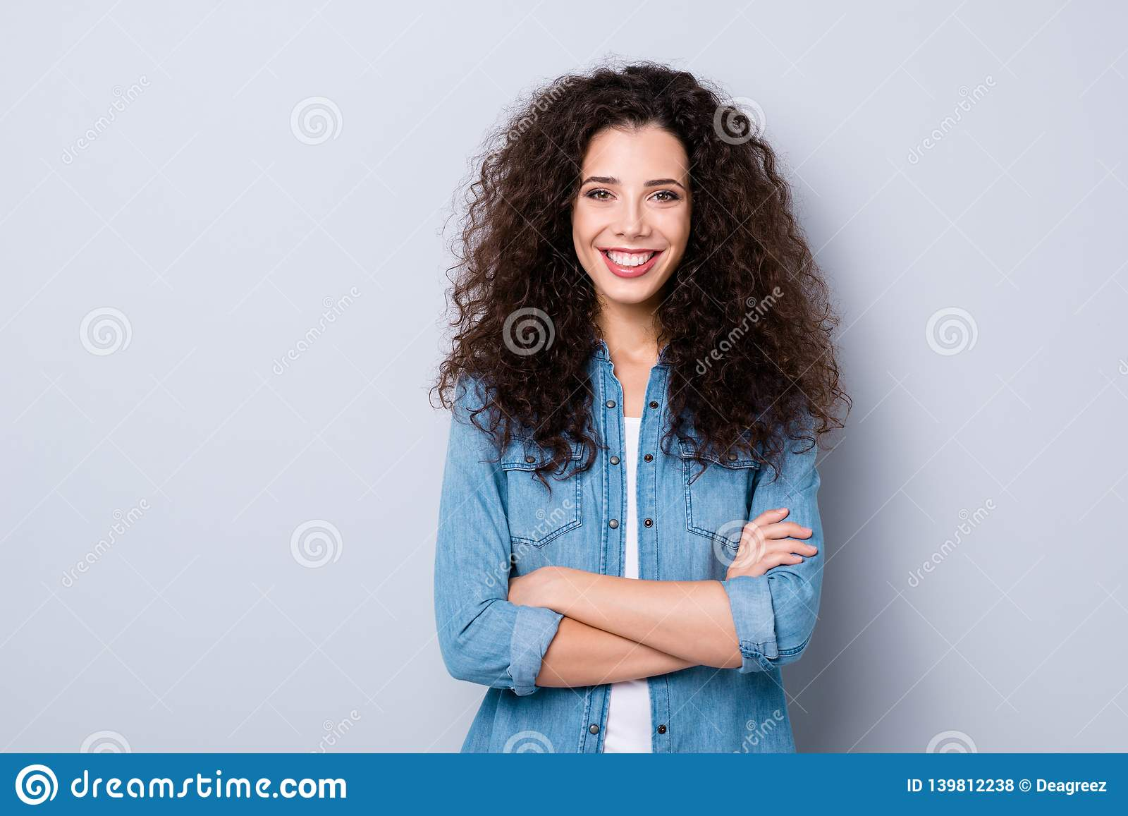 Retrato de ella ella de pelo ondulado optimista alegre alegre del contenido precioso atractivo agradable encantador bonito lindo