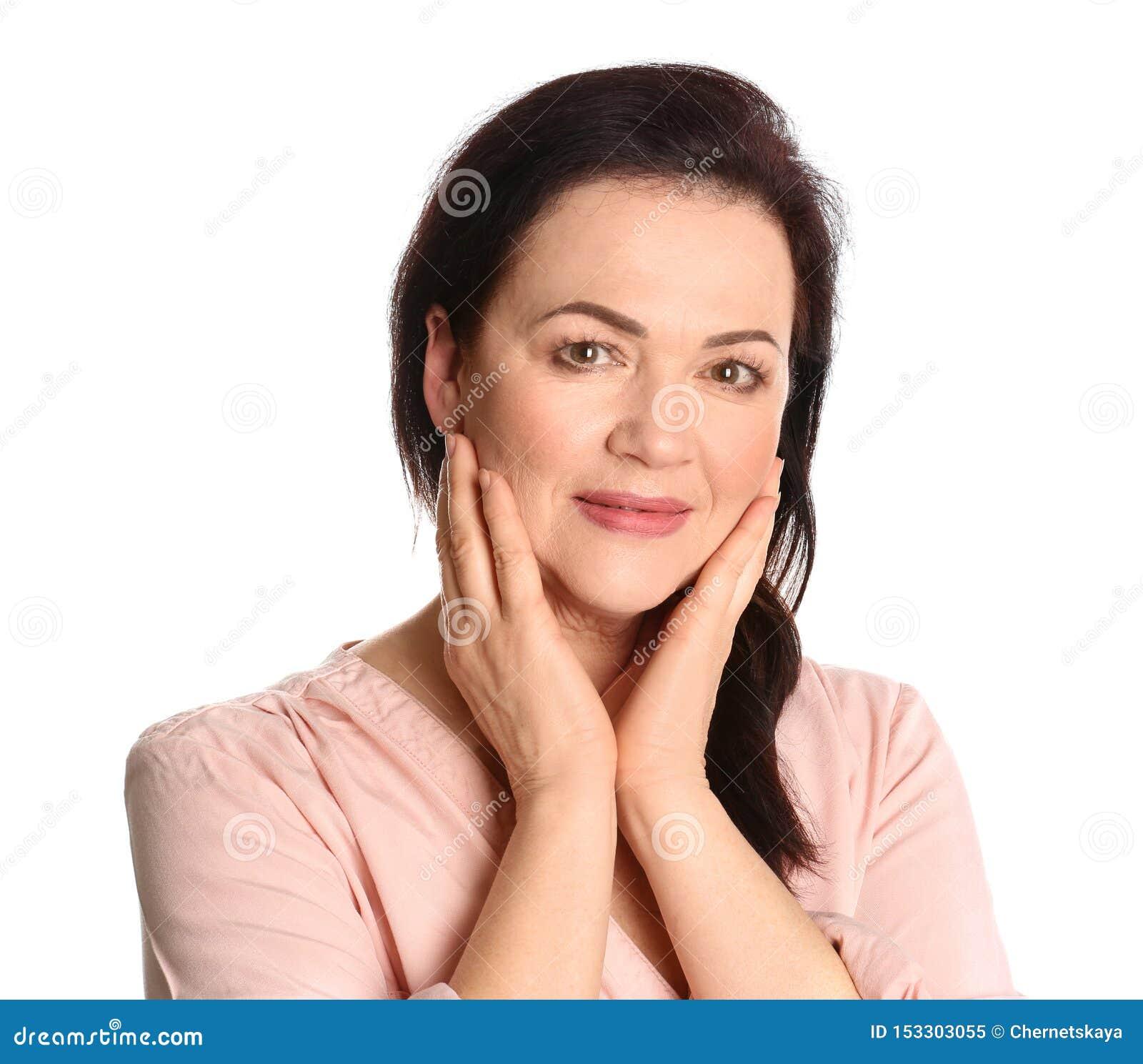 Retrato de encantar a la mujer madura con el te hermoso sano de la cara