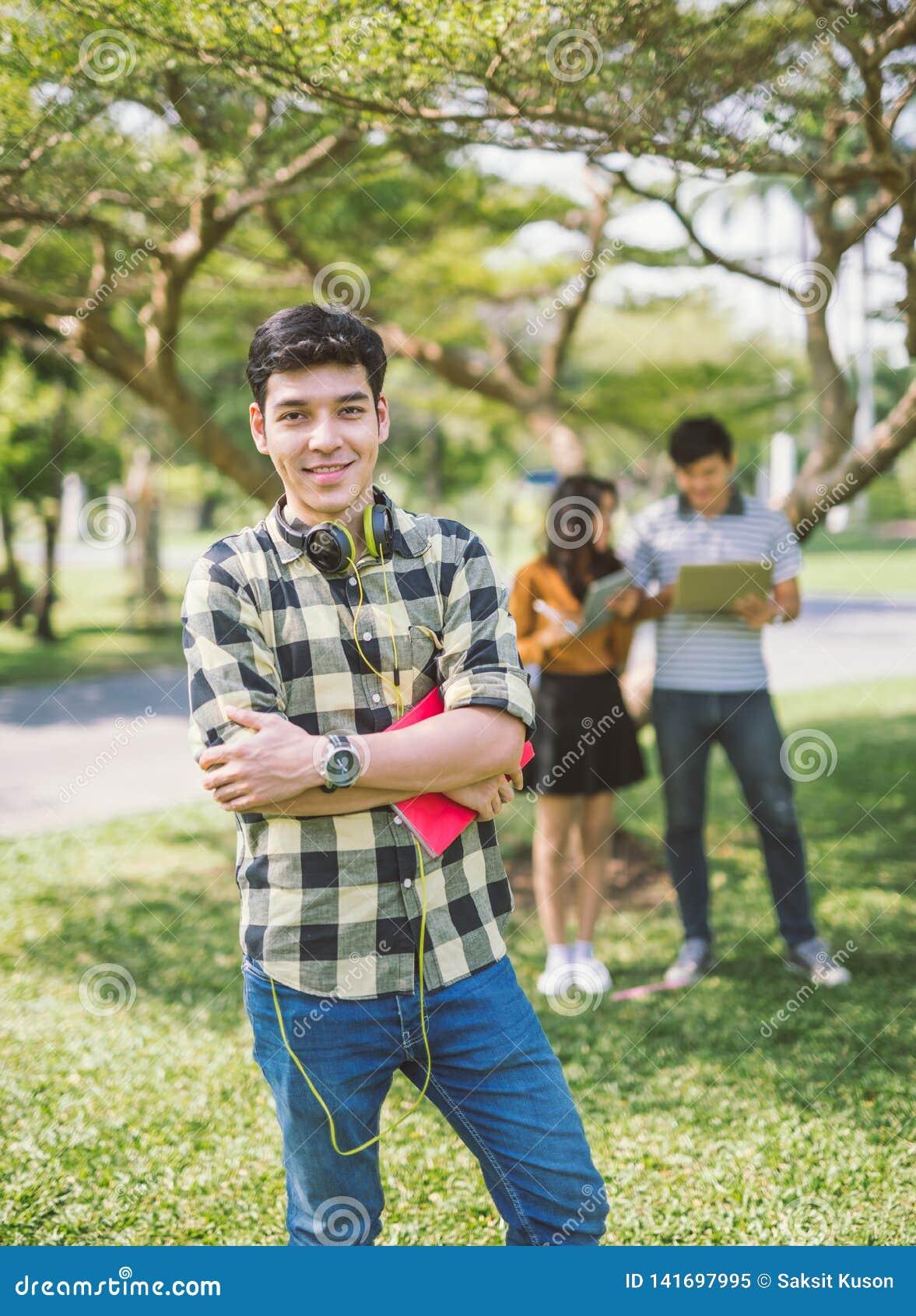 Retrato de fones de ouvido vestindo e da escuta do adolescente a música com amigos