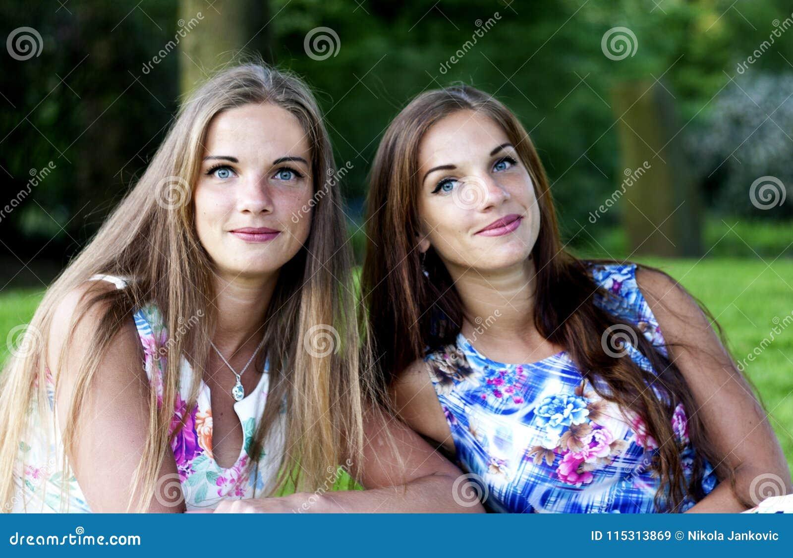 Retrato de hermanas gemelas hermosas