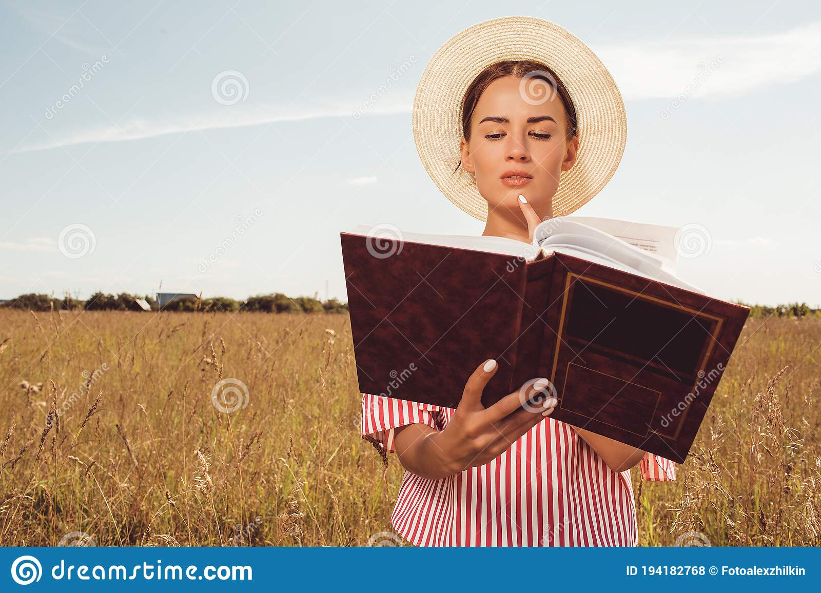 Retrato De Hermosa Chica Leyendo Un Libro En El Campo Foto De Archivo Imagen De Hermoso Universidad 194182768