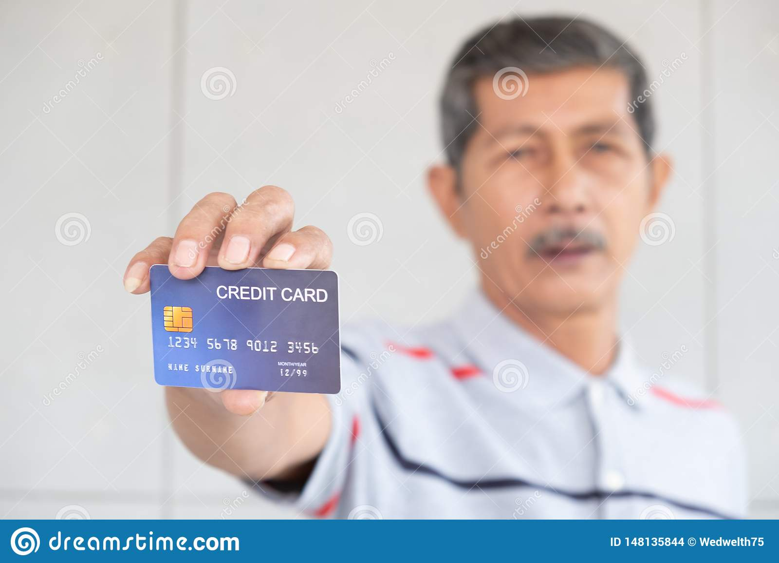 Retrato de homens de negócio e do cartão de crédito superiores da mostra