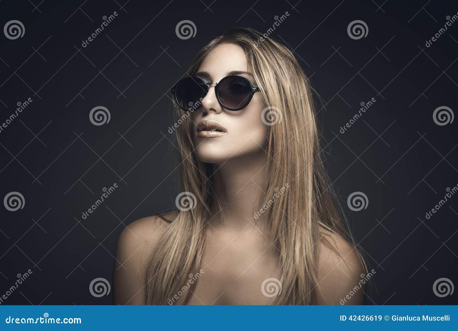 Retrato de la belleza de la mujer rubia atractiva