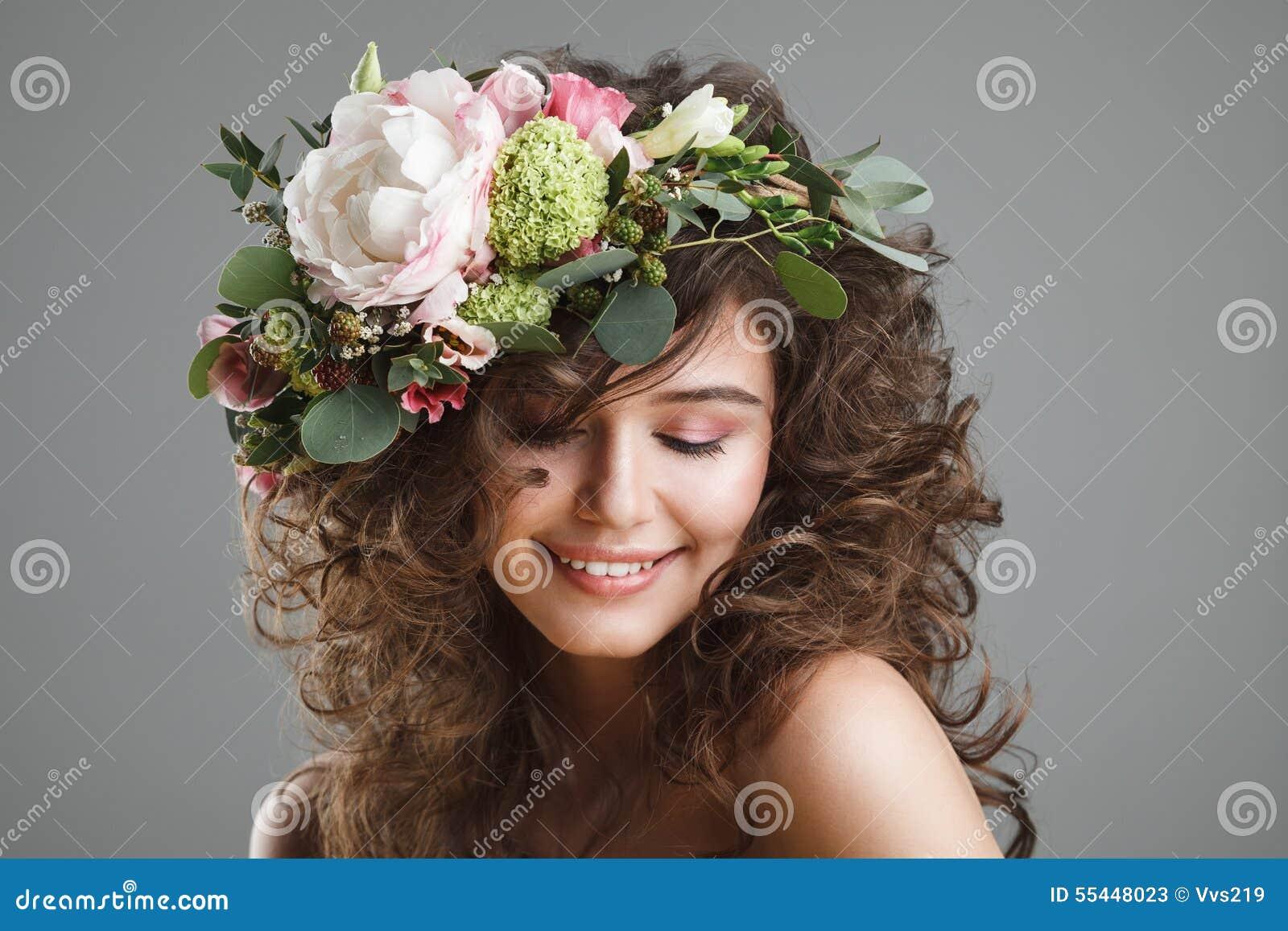 Retrato de la belleza de Stubio de la mujer joven linda con la corona de la flor