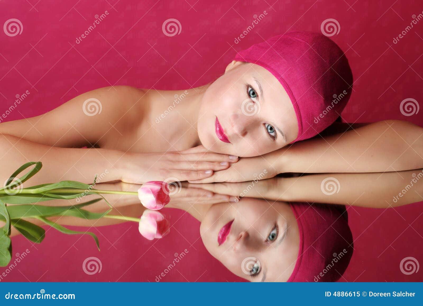 Retrato de la belleza de una mujer en color de rosa
