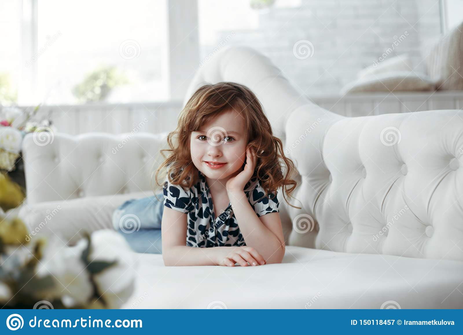 Retrato de la belleza del retrato marrón del estudio del pelo y de la muchacha de los ojos