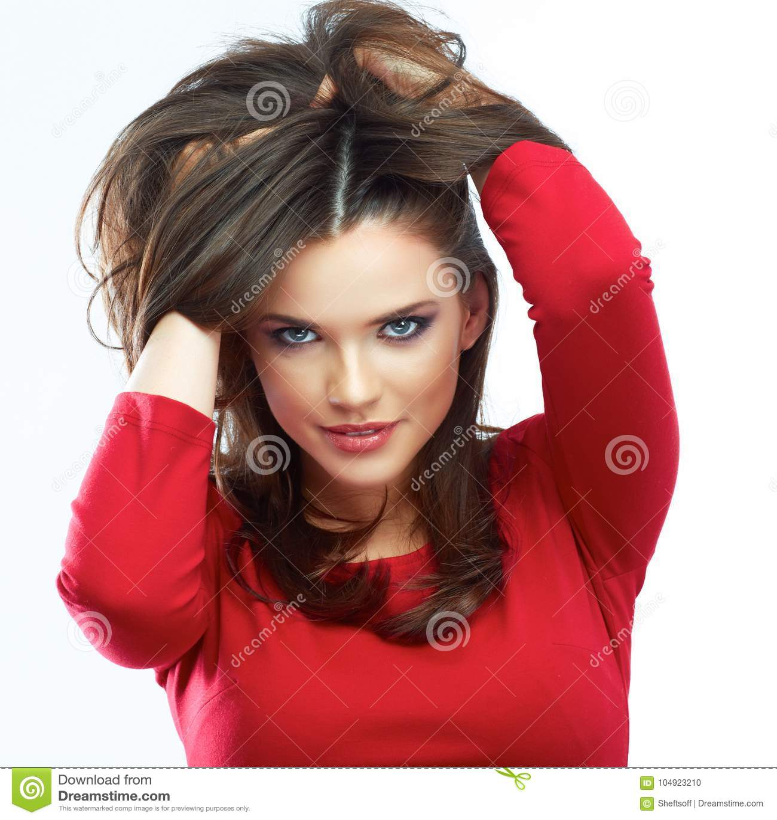 Retrato de la belleza del pelo de la mujer Muchacha hermosa aislada en los vagos blancos