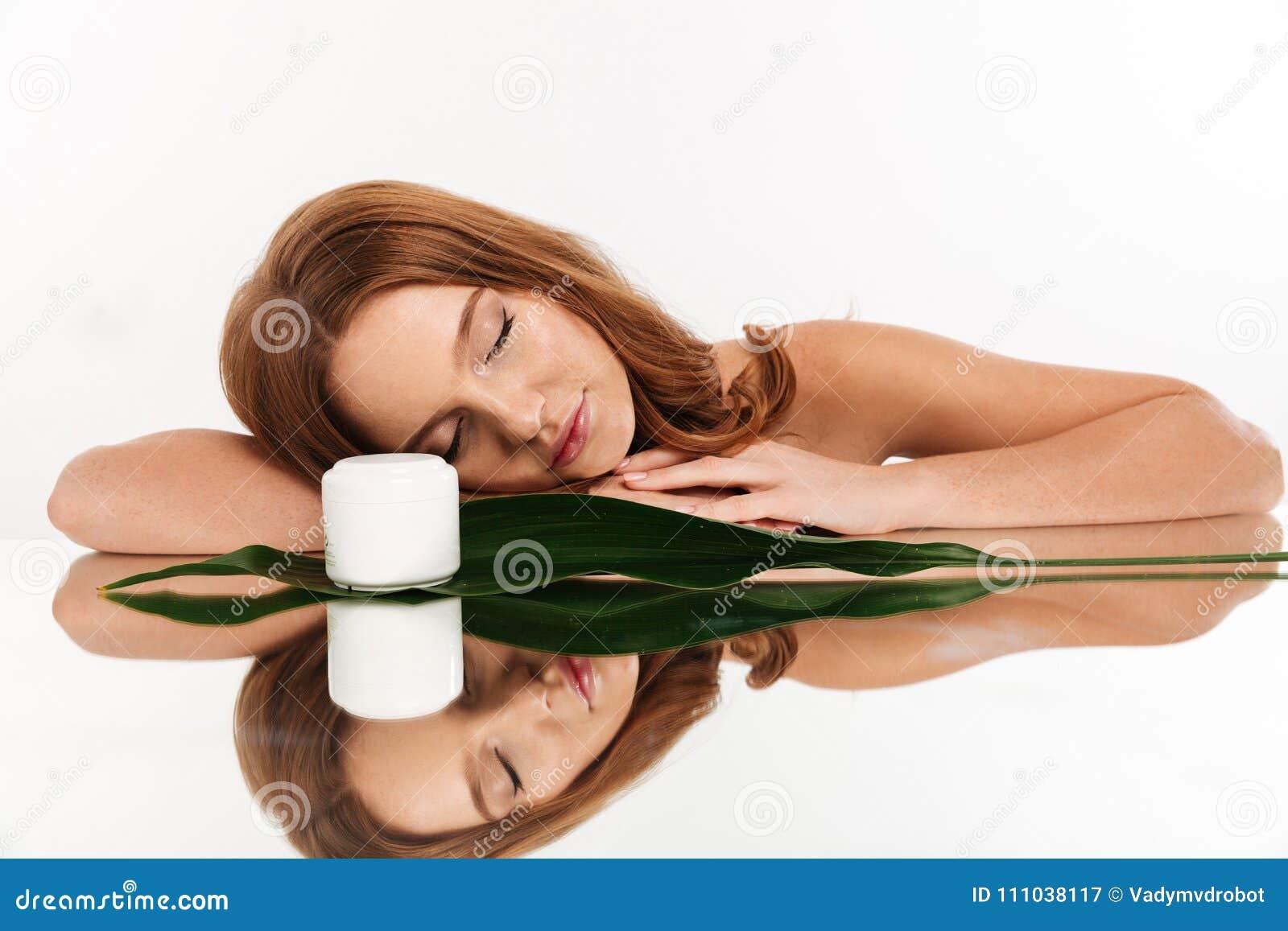 Retrato de la belleza de la mujer del jengibre con el pelo largo