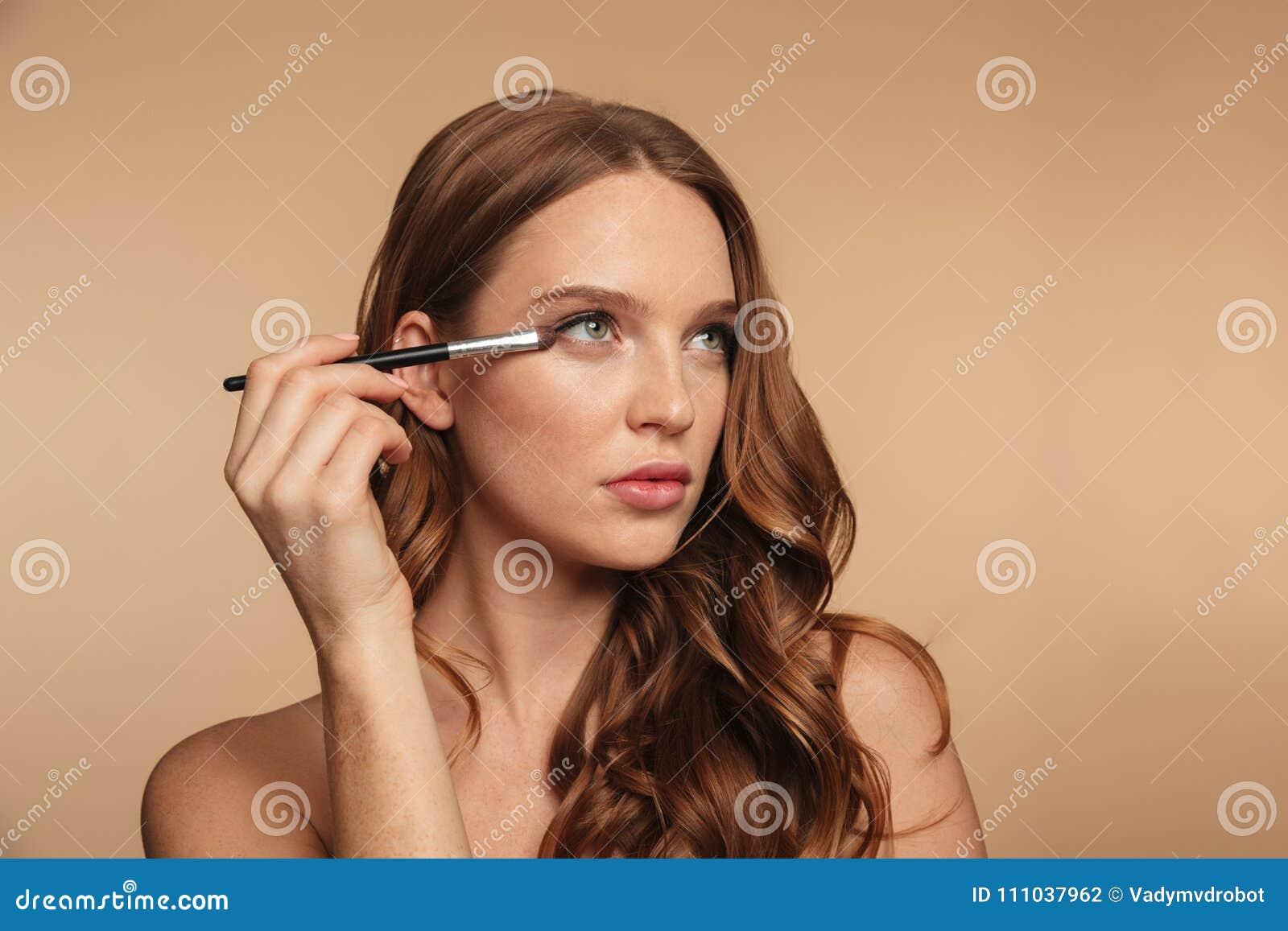 Retrato de la belleza de la mujer del jengibre del misterio con el pelo largo