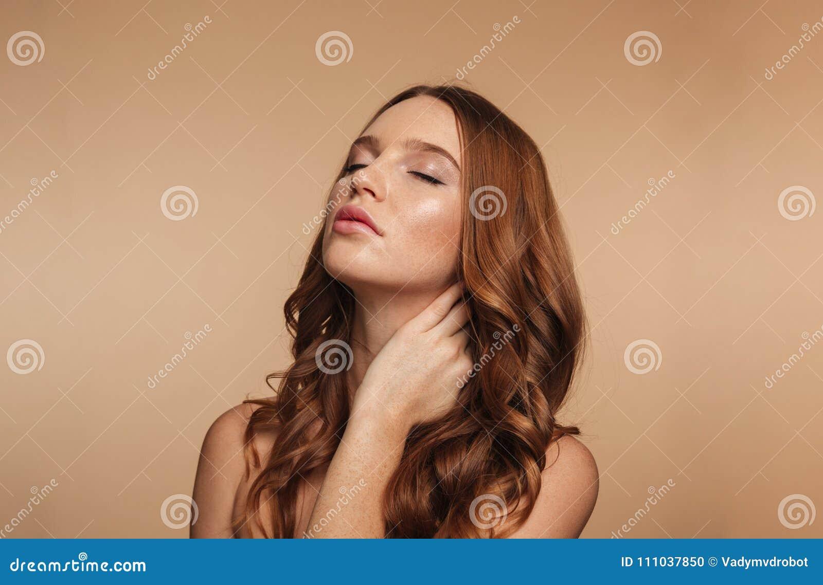 Retrato de la belleza de la mujer del jengibre del misterio con la presentación larga del pelo