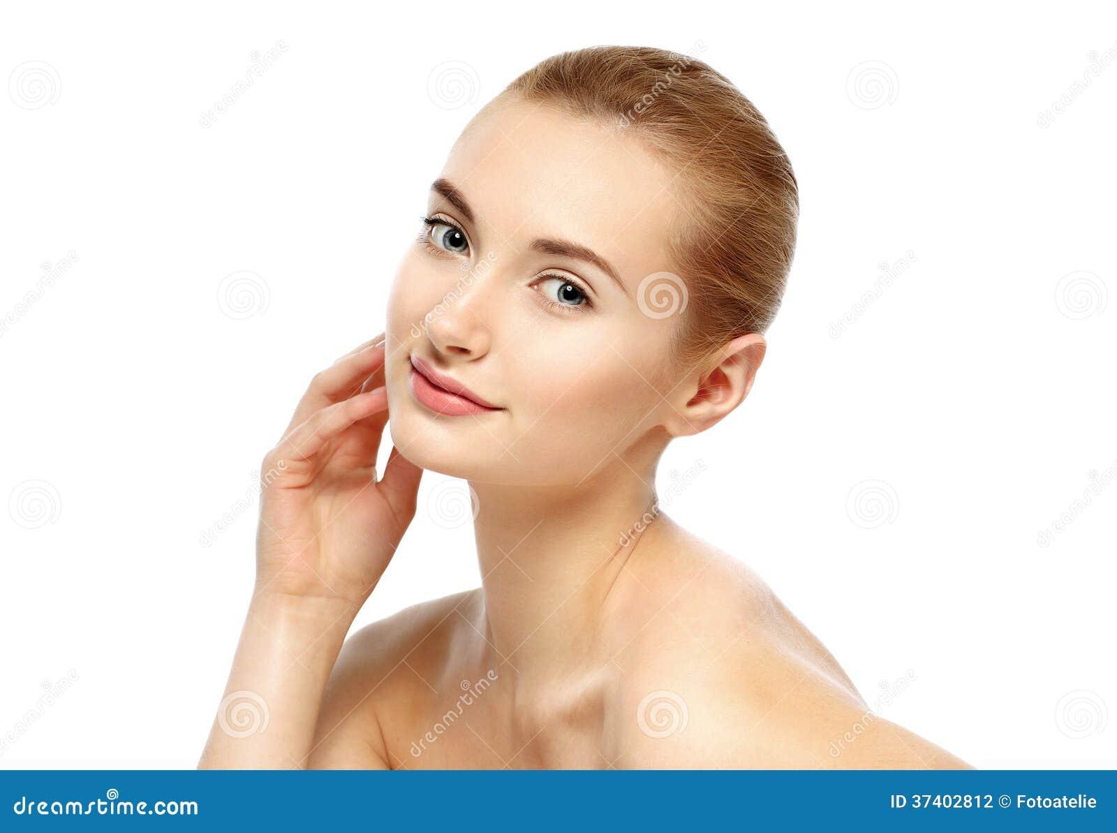 Retrato de la belleza. Mujer hermosa que toca su cara. Fres perfecto