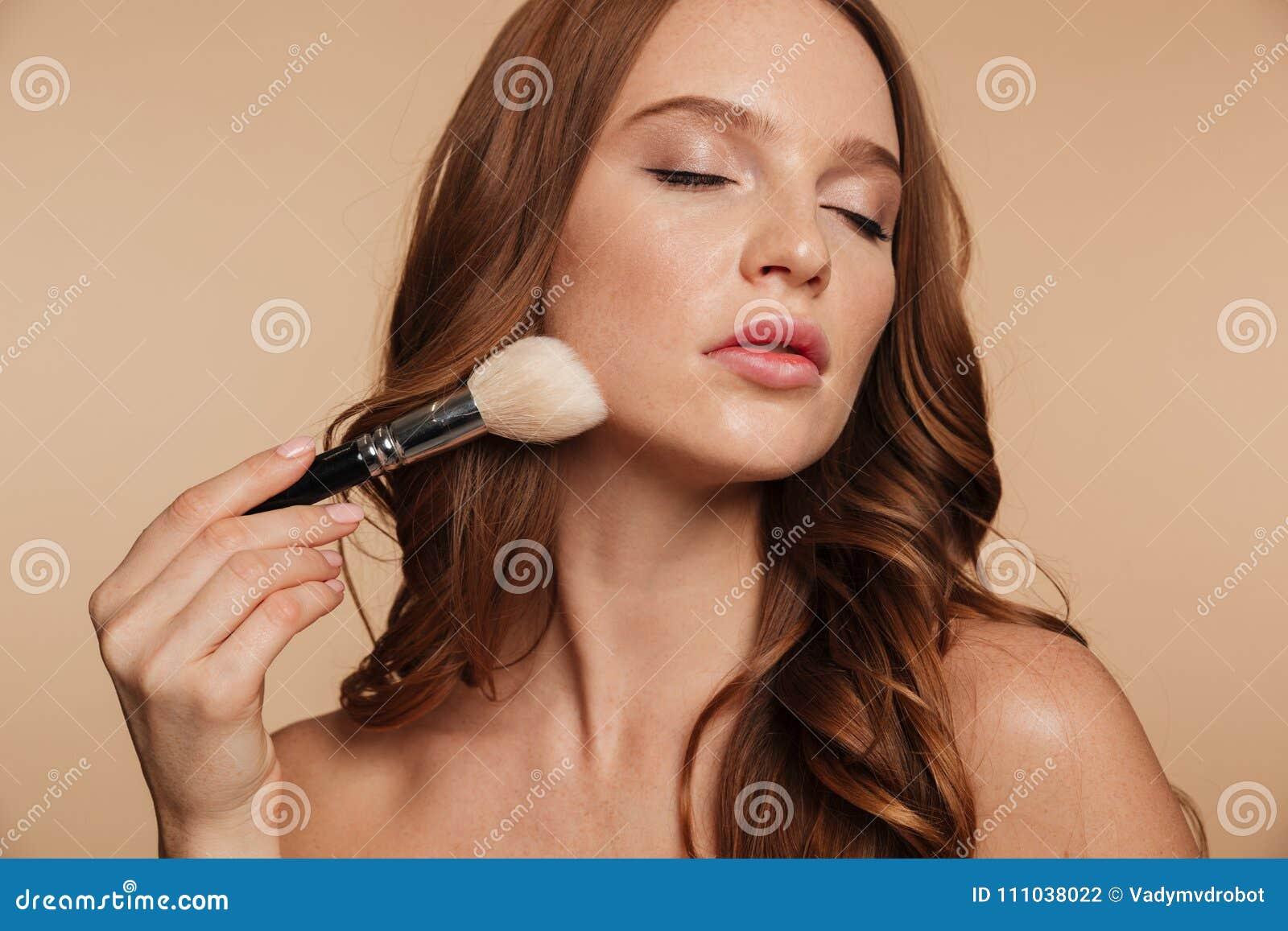 Retrato de la belleza de la mujer sensual del jengibre con el pelo largo