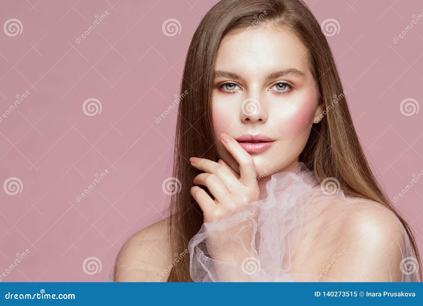 Retrato de la belleza de la mujer, Touching Face Lips modelo, maquillaje hermoso de la muchacha y clavos