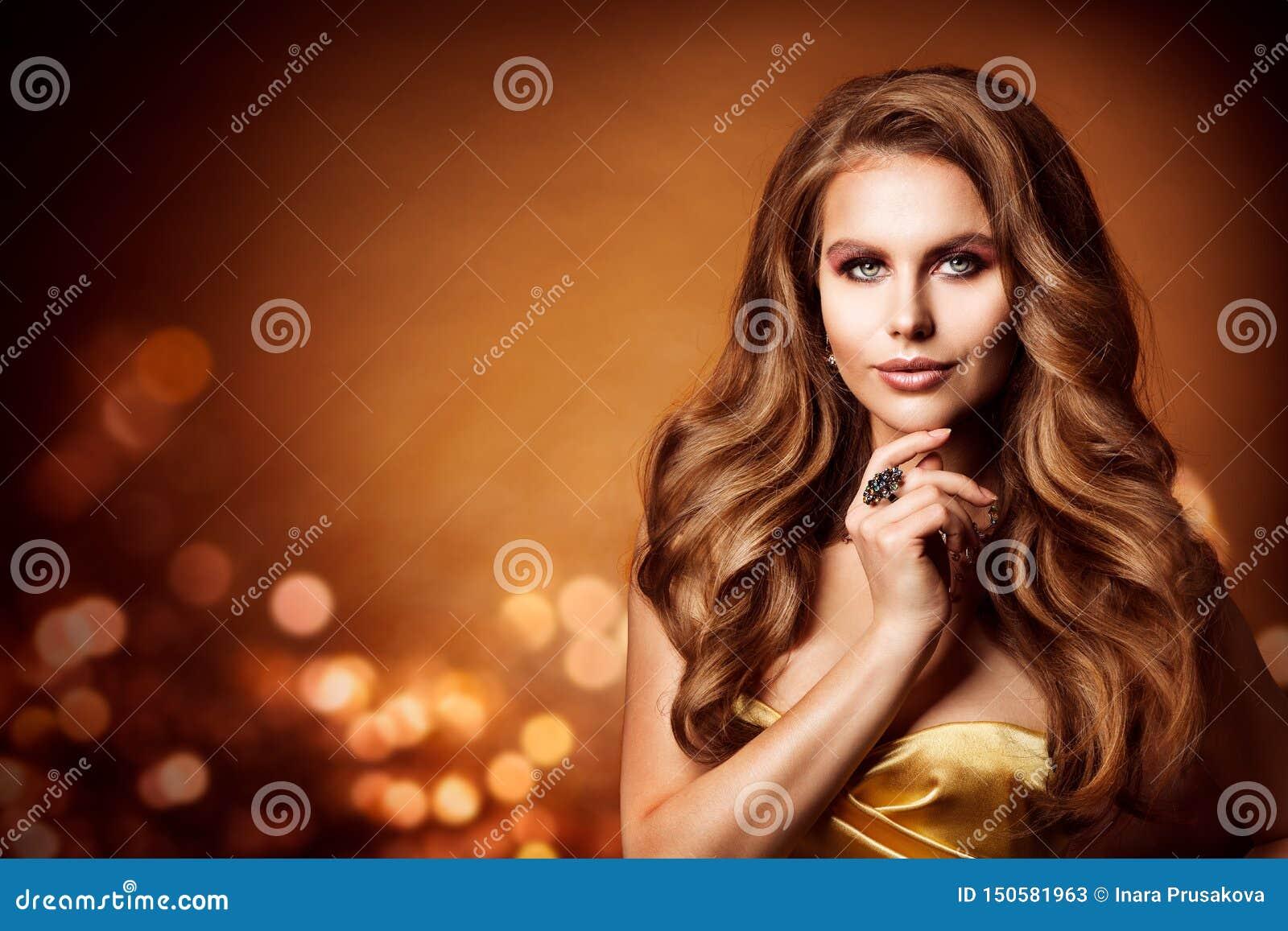 Retrato de la belleza, pelo ondulado largo de la mujer hermosa, peinado de la moda