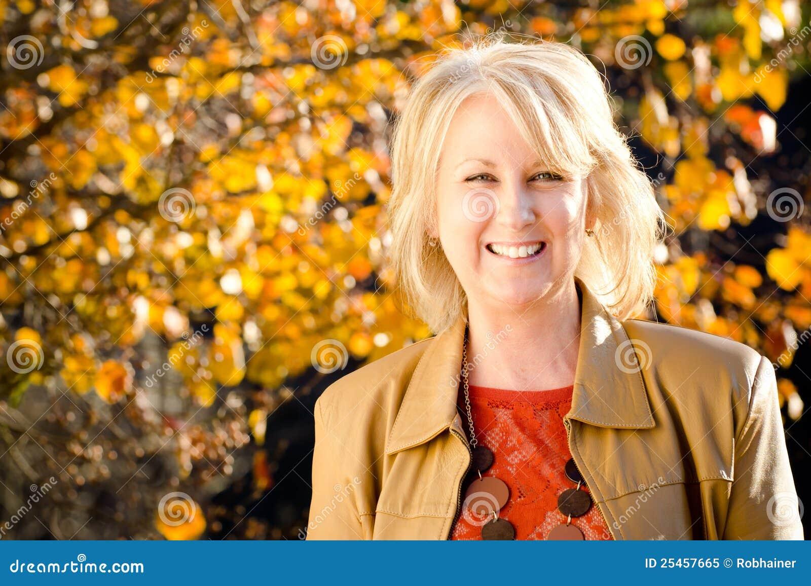 Retrato de la caída de la mujer de mediana edad feliz