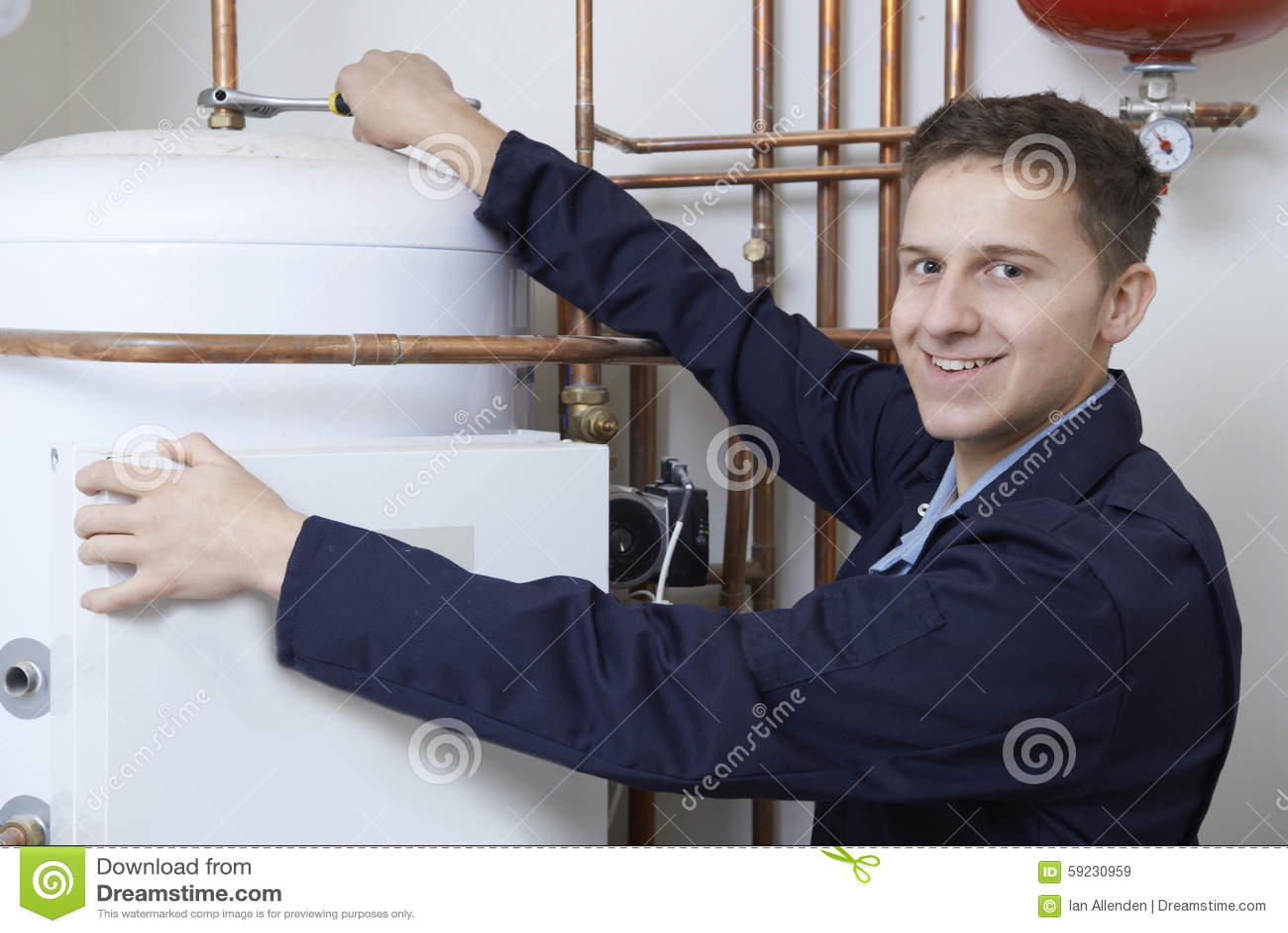Retrato de la caldera masculina de la calefacción de Working On Central del fontanero