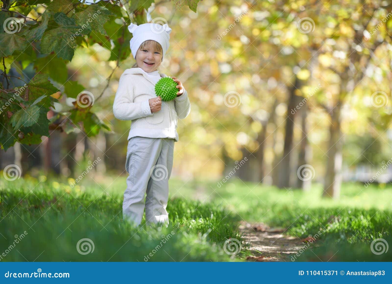 Retrato de la calle del niño que juega en el parque