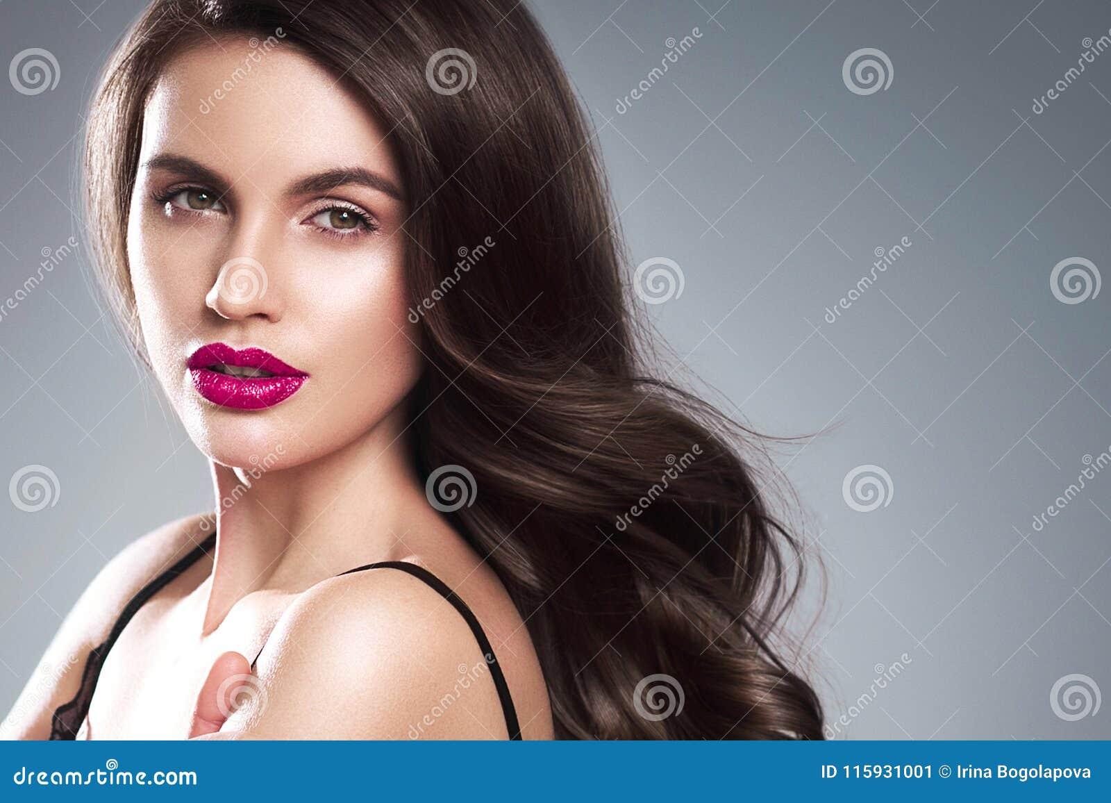 Retrato de la cara de la mujer de la belleza Muchacha hermosa del modelo del balneario con el perfec