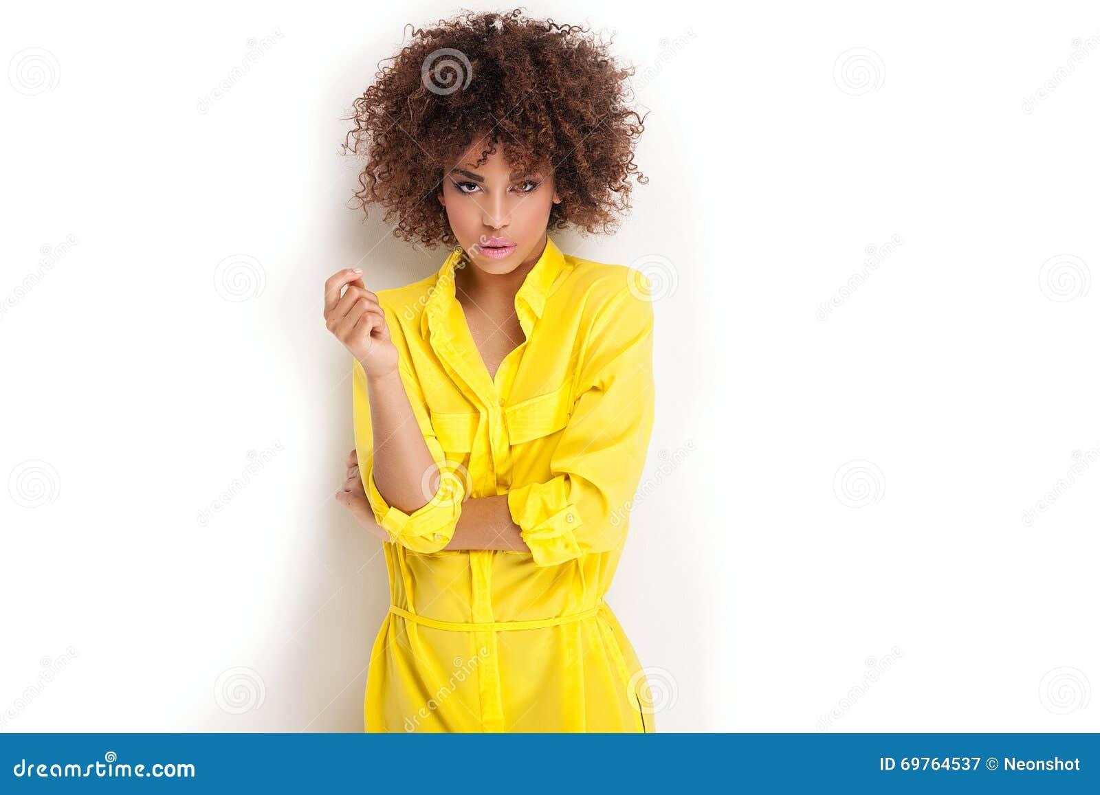 Retrato de la chica joven con afro