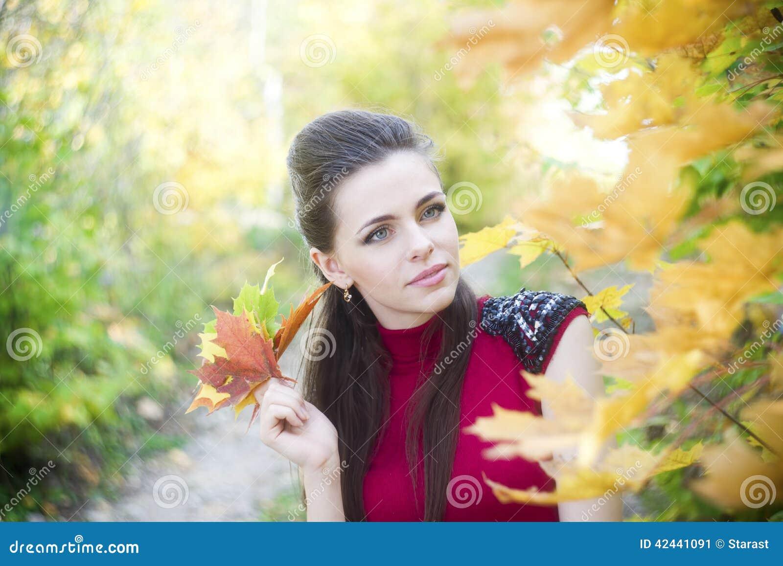 Retrato de la chica joven hermosa