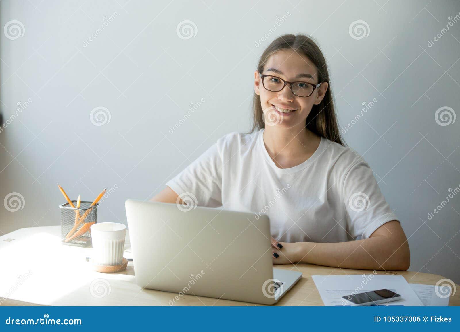 Retrato de la empresaria casual feliz en Ministerio del Interior