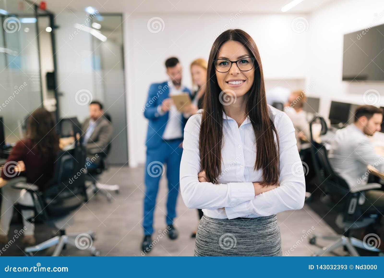 Retrato de la empresaria hermosa acertada en oficina