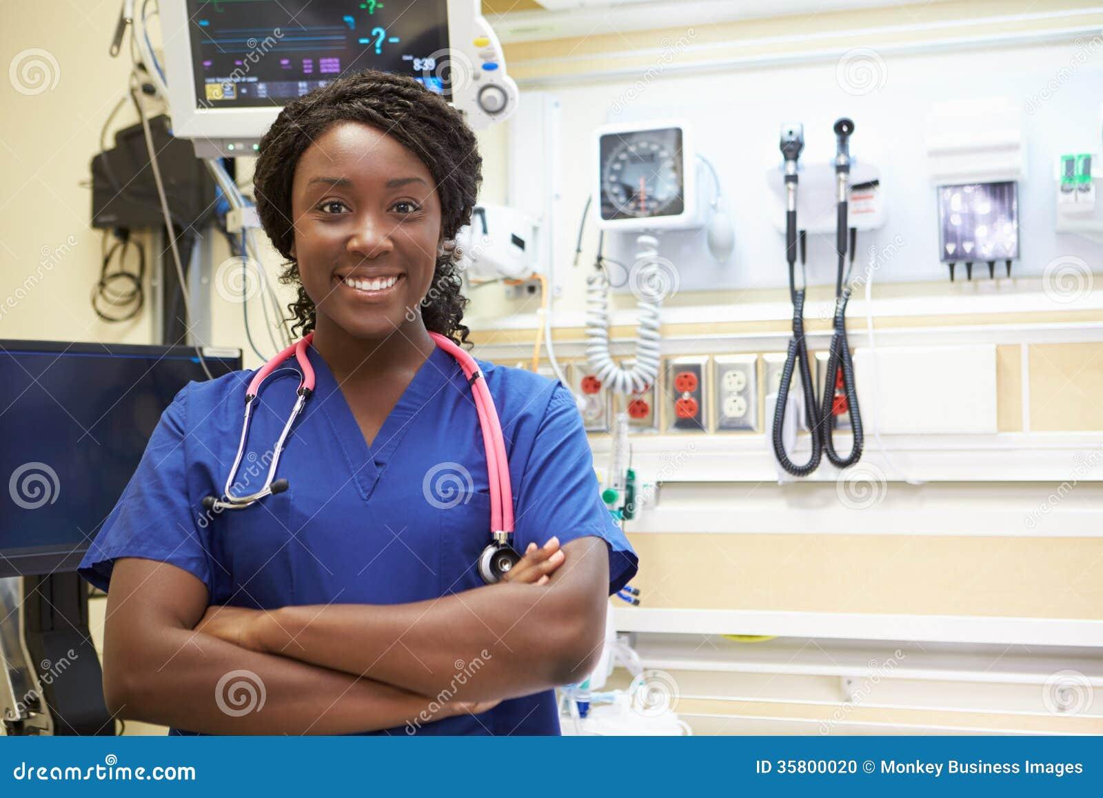Retrato de la enfermera de sexo femenino In Emergency Room