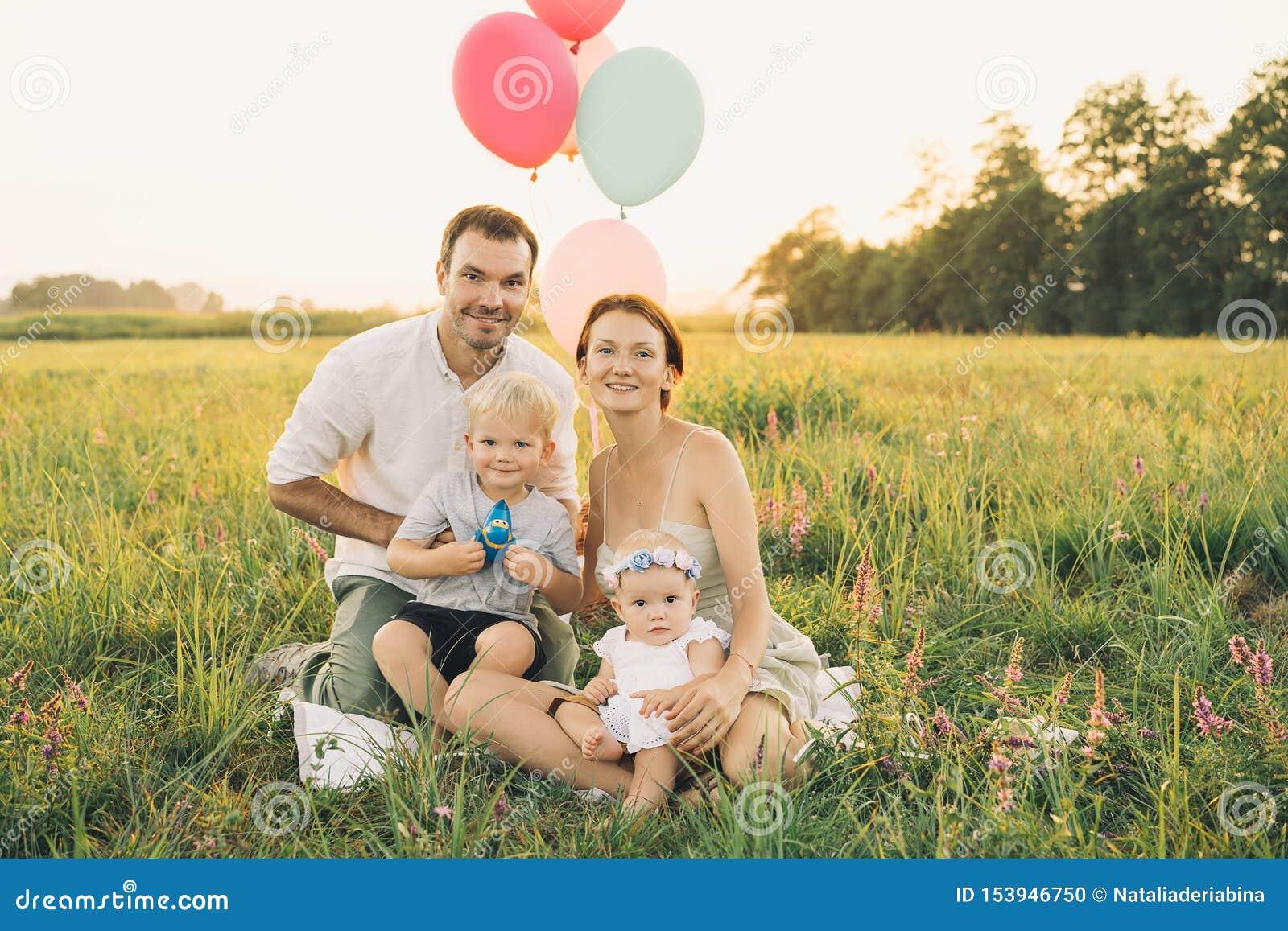 Retrato de la familia al aire libre en la naturaleza