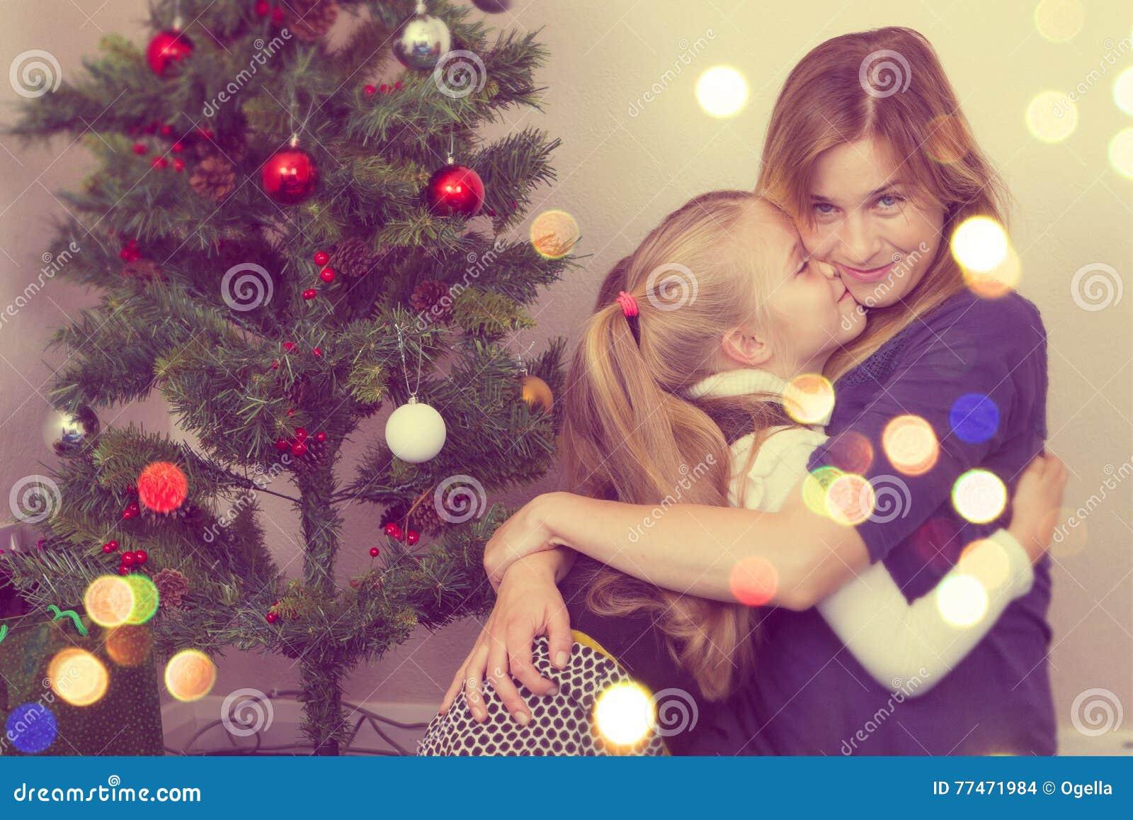 Retrato de la familia cerca del árbol del Año Nuevo