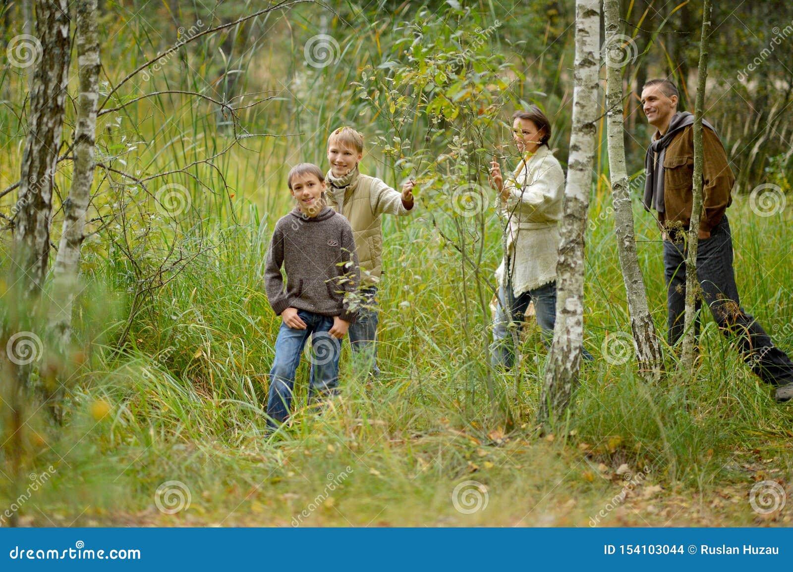Retrato de la familia de cuatro miembros en parque