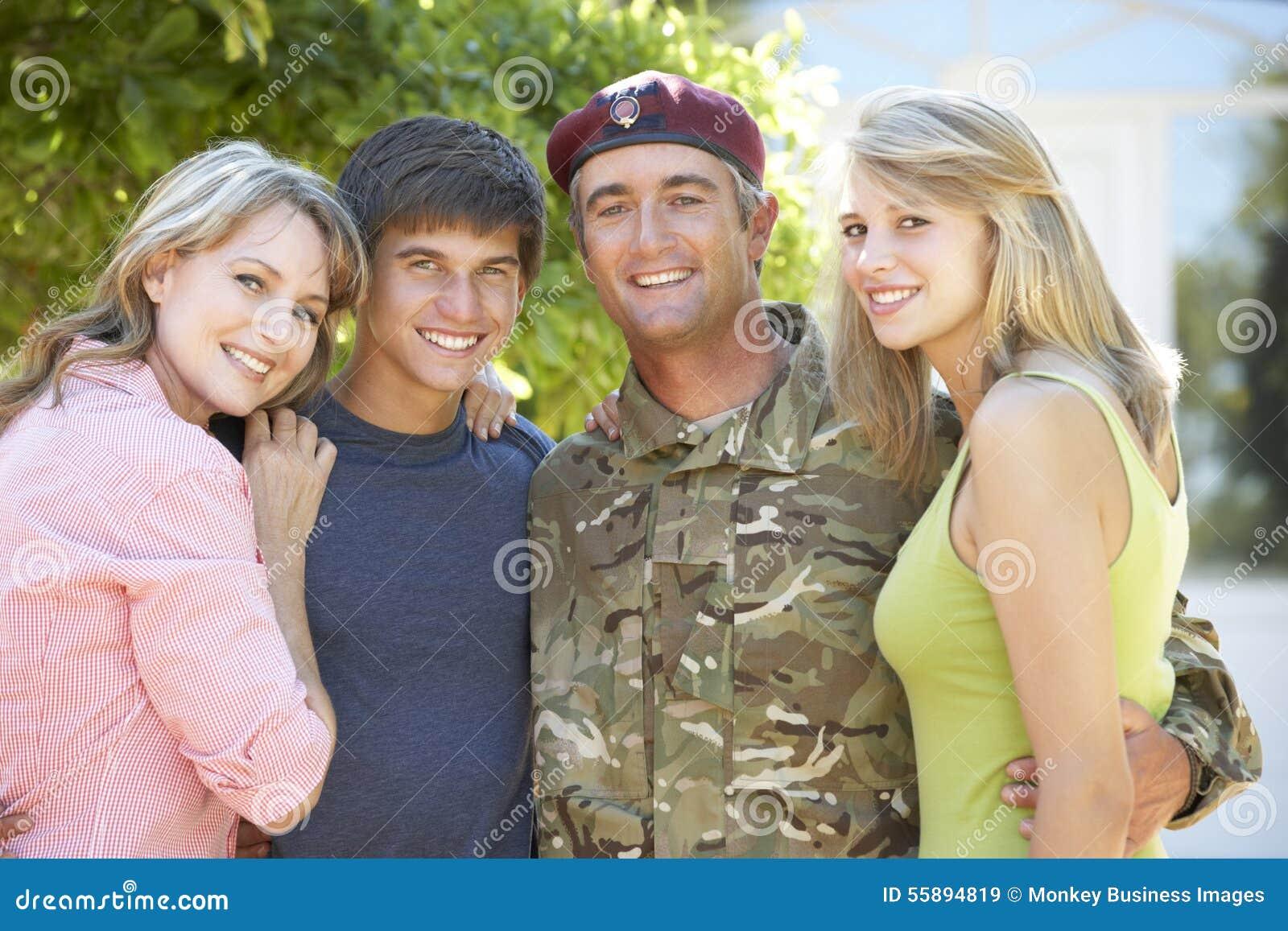 Retrato de la familia de Returning Home WithTeenage del soldado