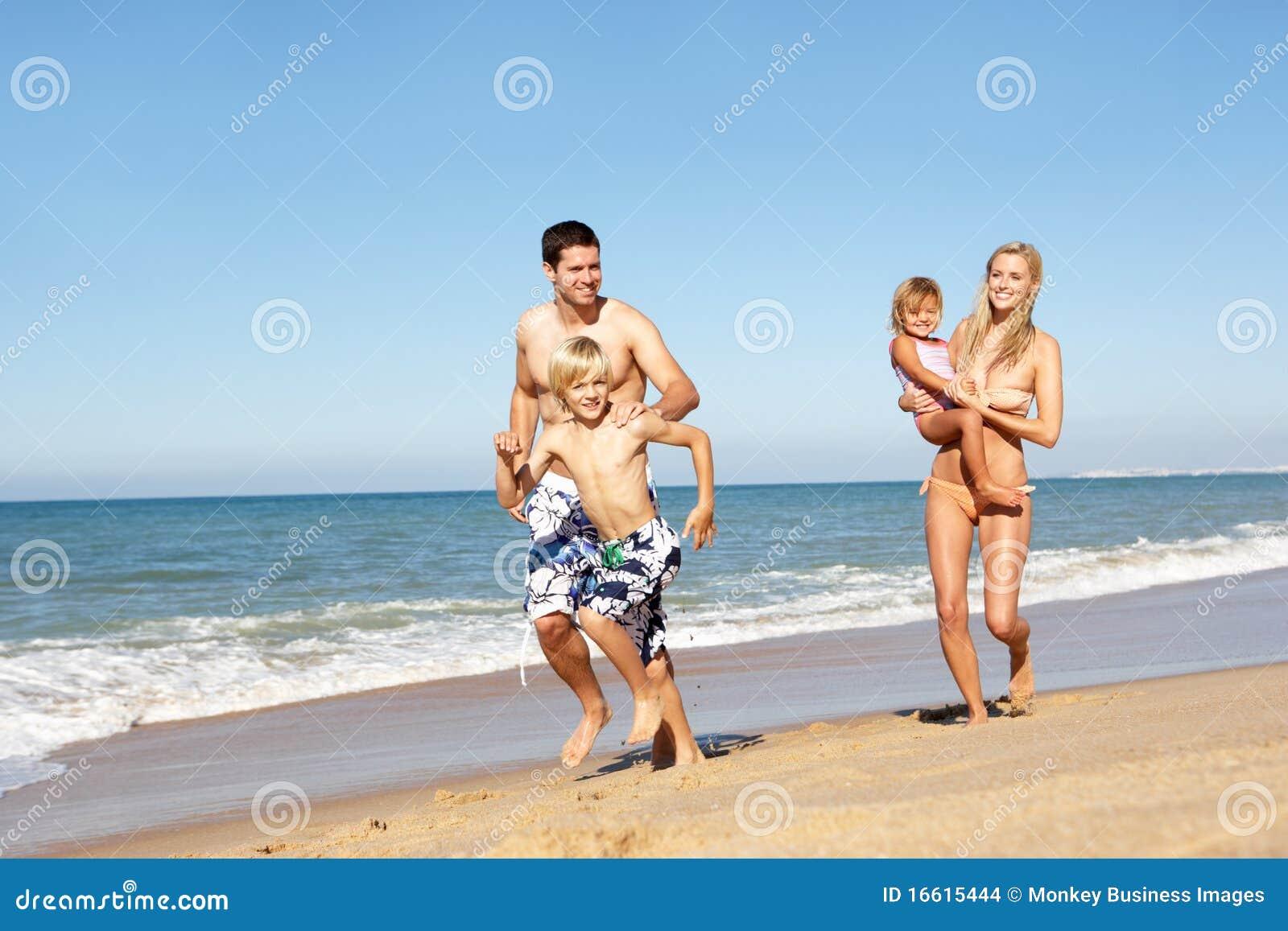 Retrato de la familia el día de fiesta de la playa del verano
