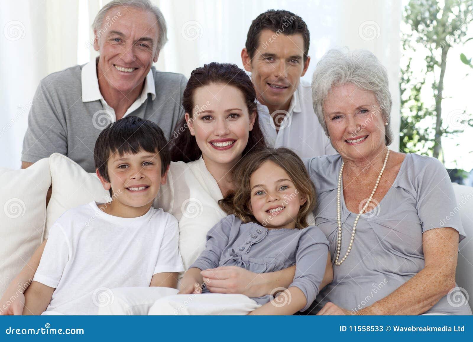 Retrato de la familia en el sofá