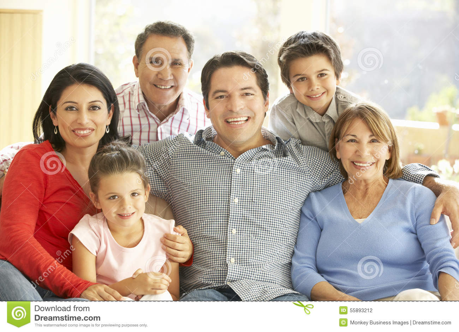 Retrato de la familia hispánica extendida que se relaja en casa