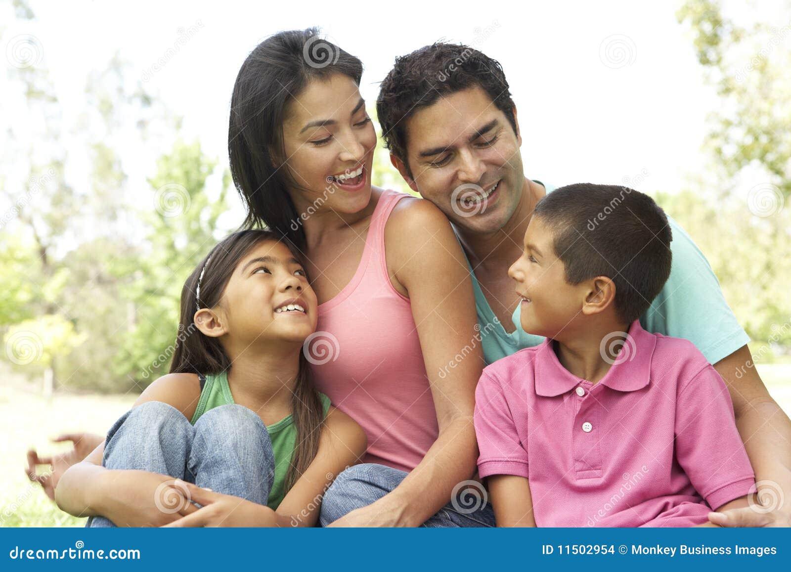 Retrato de la familia hispánica joven en parque