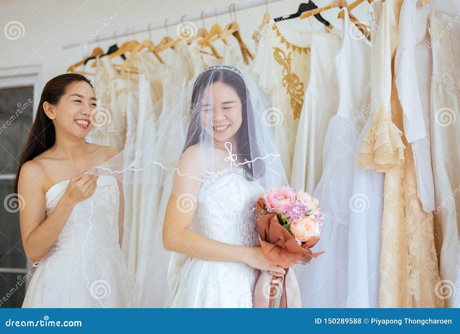 Retrato de la felicidad asiática lesbiana hermosa de la novia de los pares LGBT y divertido junto, ceremonia en día de boda