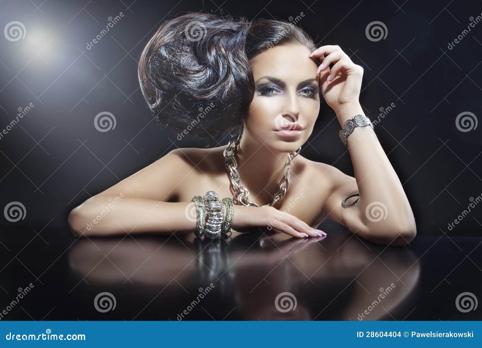 Retrato de la joyería que desgasta de la mujer triguena hermosa