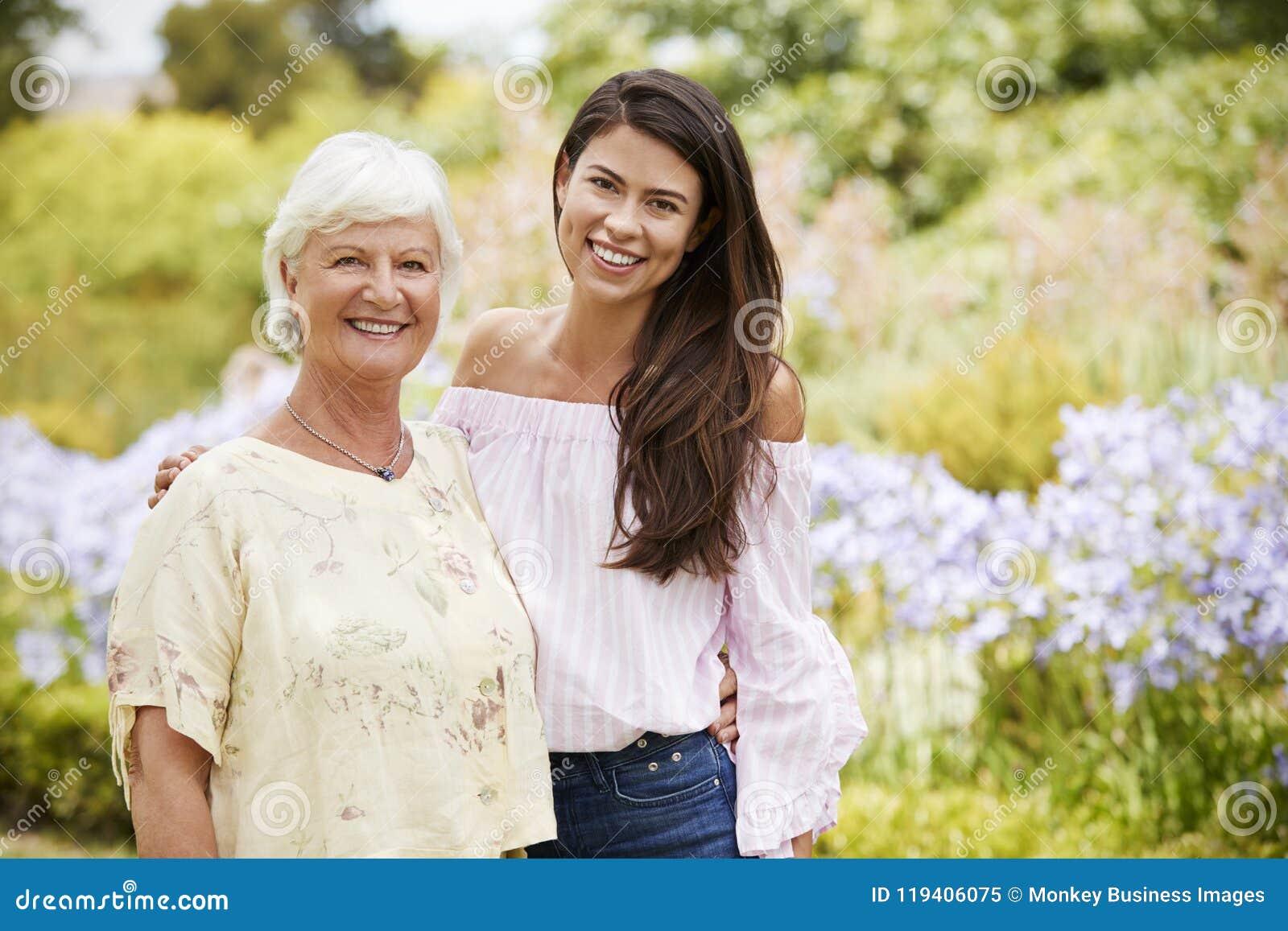 Retrato de la madre mayor con la hija adulta en paseo en parque