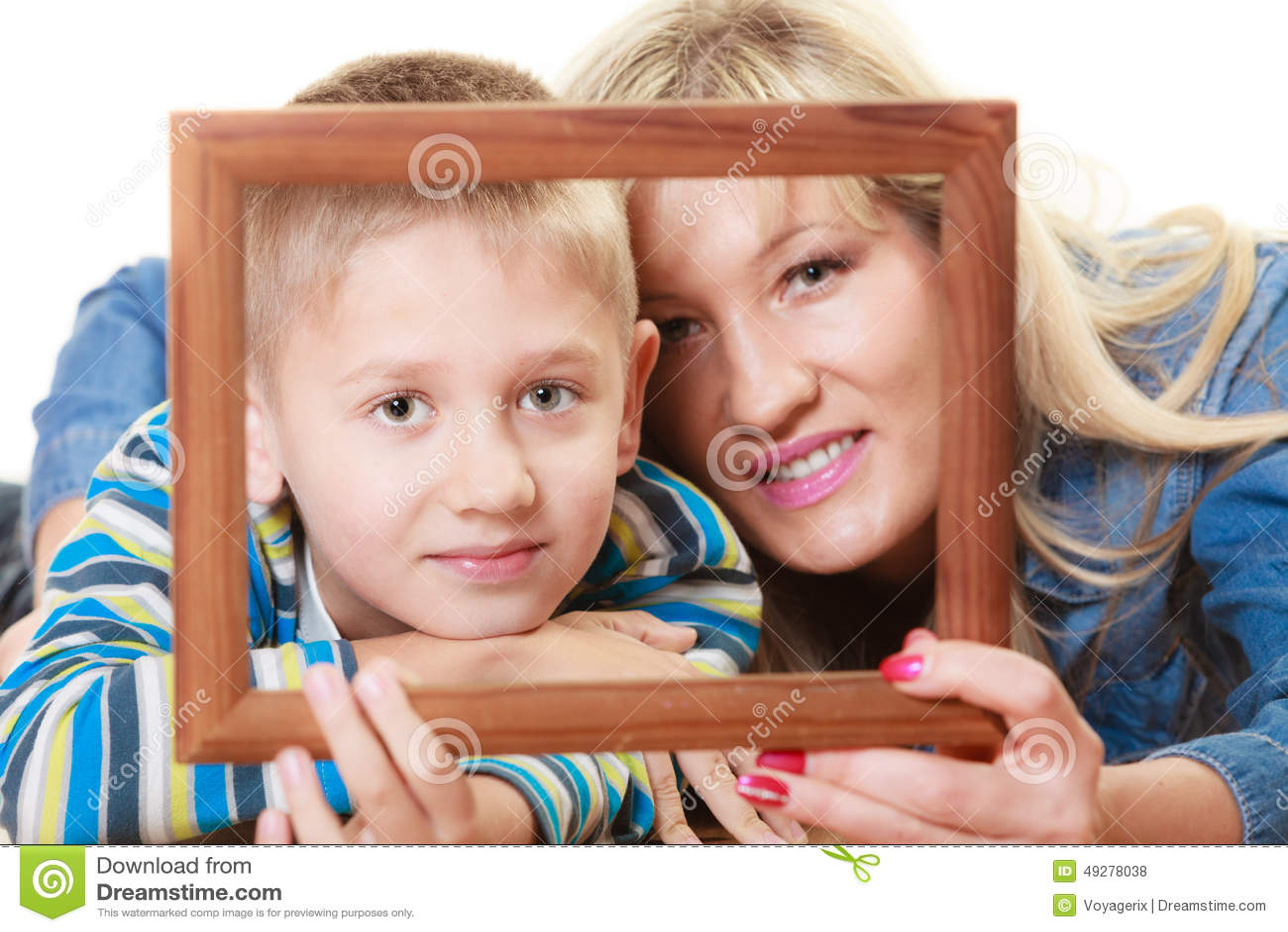 Retrato De La Madre Y Del Hijo Que Llevan A Cabo El Marco De La Foto ...