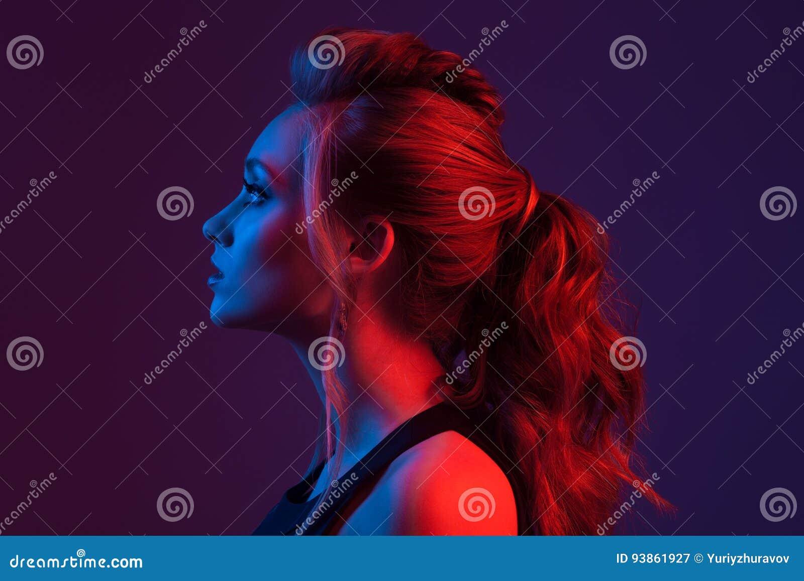 Retrato de la manera de la mujer hermosa hairstyle Li azul y rojo