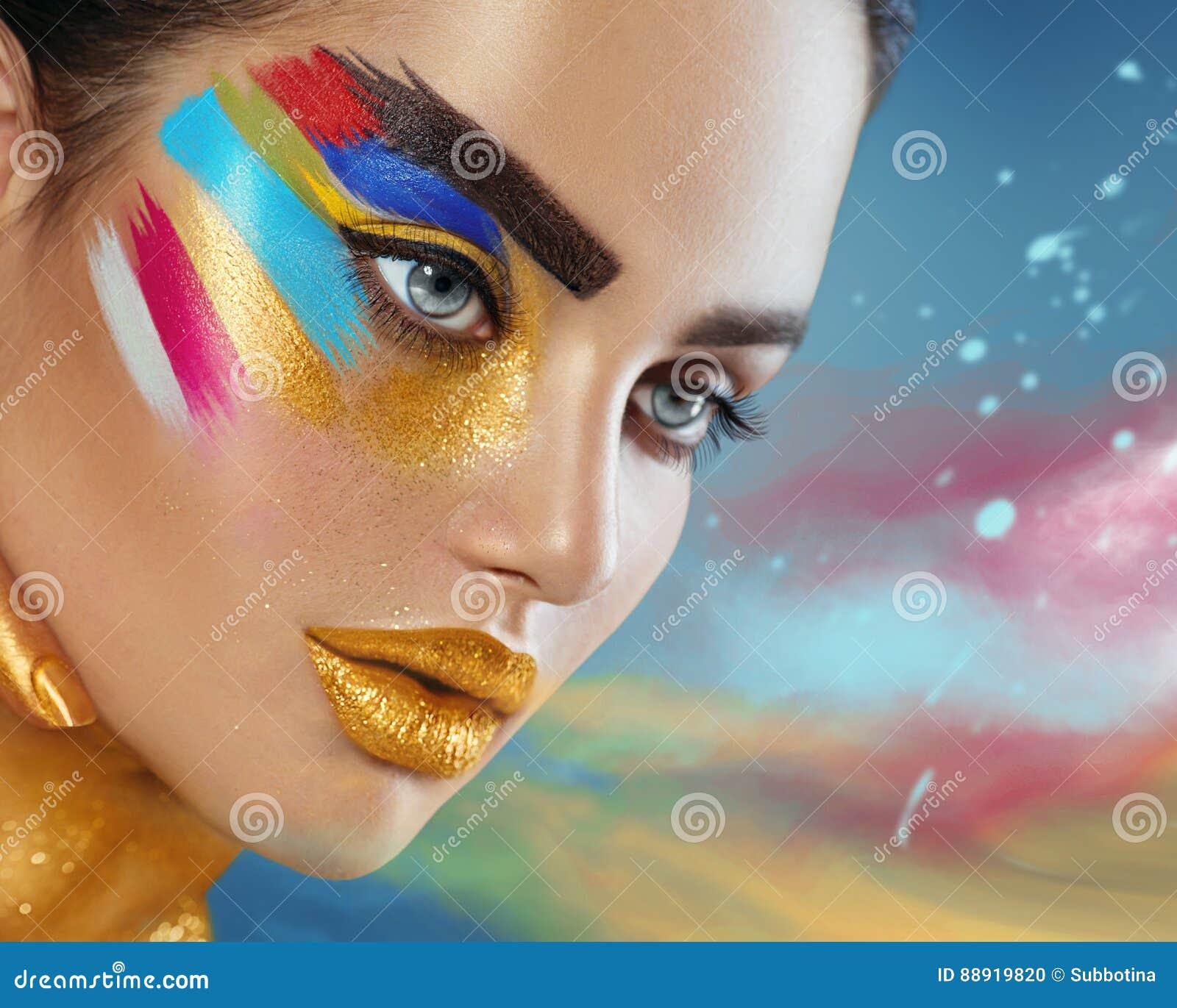 Retrato de la moda de la belleza de la mujer hermosa con maquillaje abstracto colorido