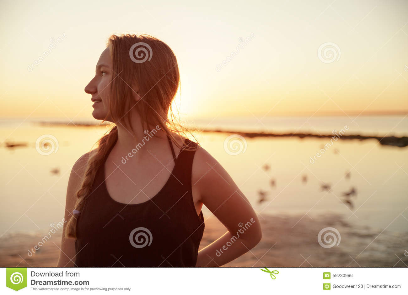 Download Retrato De La Muchacha Adolescente Feliz En La Playa Foto de archivo - Imagen de feliz, playa: 59230996