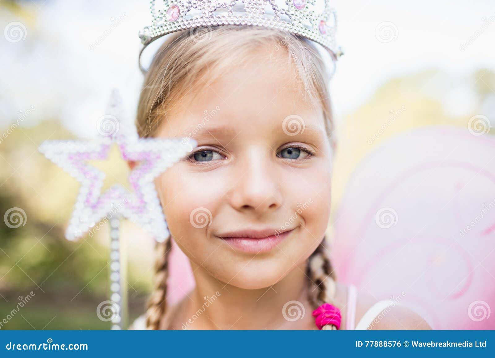 Retrato De La Muchacha Adorable Que Finge Ser Una Princesa Foto de archivo