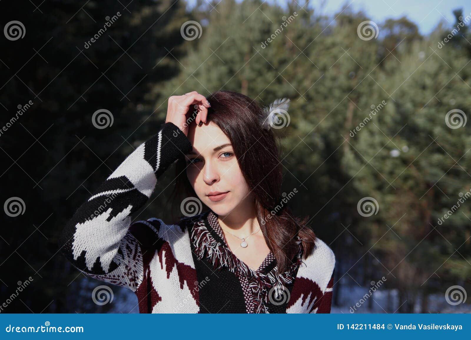 Retrato de la muchacha atractiva hermosa joven con el pelo marrón largo y los ojos azules Ella lleva la ropa ornamental étnica de