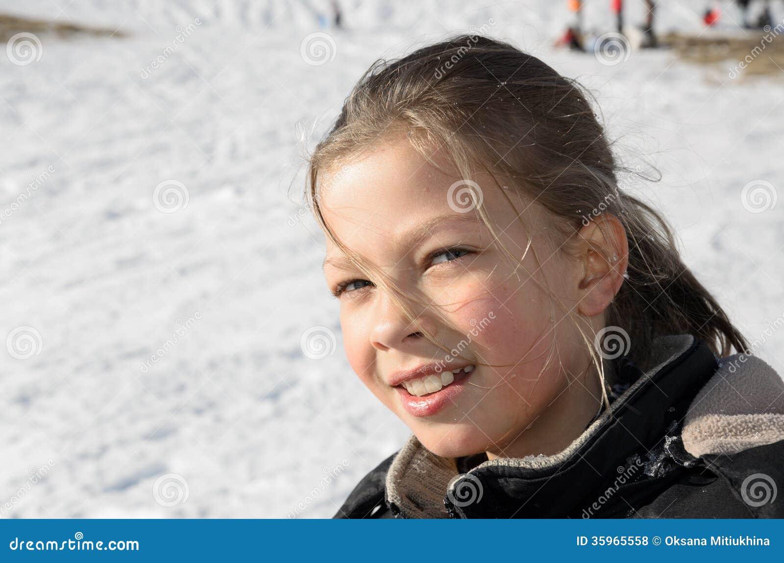 Retrato de la muchacha contra la cuesta nevosa